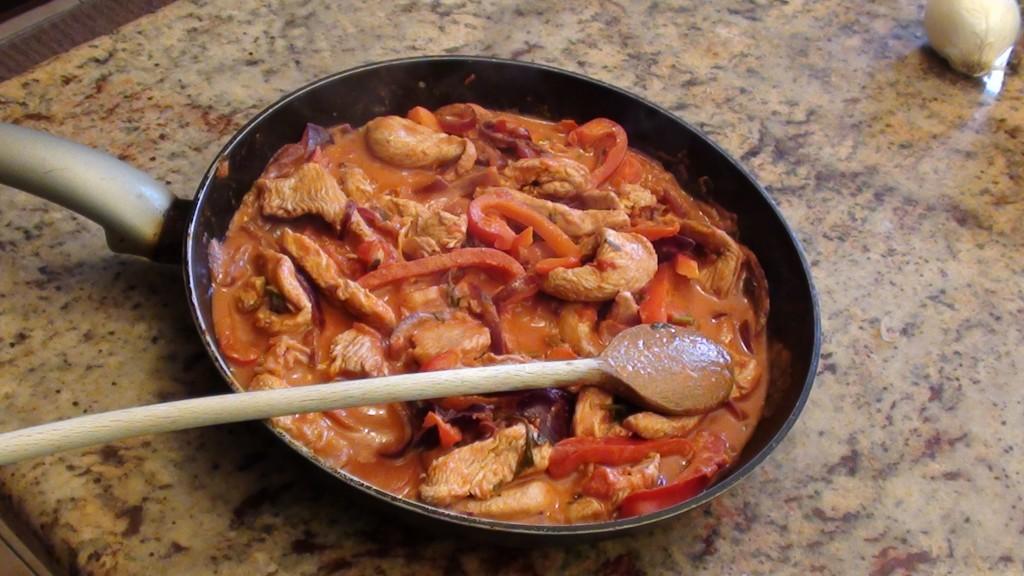 Petto di pollo ai peperoni in salsa