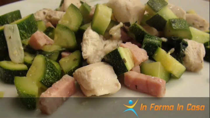 Petto di pollo e zucchine con prosciutto in padella